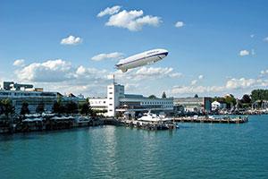Blick auf das Zeppelin Museum in Friedrichshafen und den Bodensee