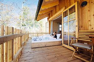 Im Baumhaus residieren Urlauber stilvoll auf sieben Metern Höhe ©Baumhaus Samerberg/Uwe Hog