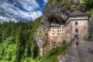 Blick auf die Burg Predjama in Slowenien in den Alpen