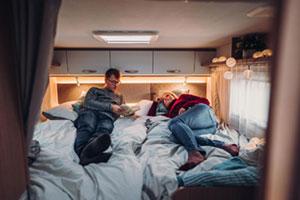 Paar auf dem Bett eines Wohnmobils
