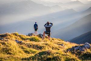 Zwei Männer stehen in der Bergkulisse von Bad Reichenhall