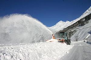 Bagger fräst sich auf der Felbertauernstraße durch Schnee