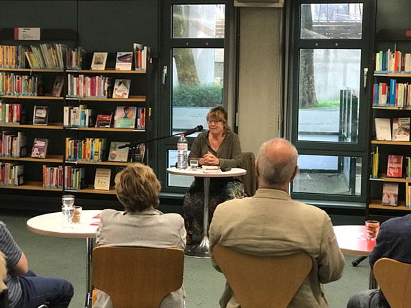 Nicola Förg liest vor Publikum in einer Bibliothek