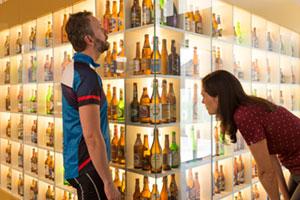 Paar bewundert Biere im Deutschen Hopfenmuseum