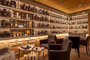 Bar Devil's Place im Hotel Waldhaus am See in St. Moritz mit hunderten von Whiskyflaschen