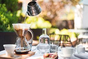 Frühstück mit frisch aufgebrühtem Kaffee