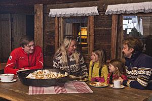 Familie bei einer Hütteneinkehr in den Alpen