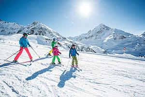 Familie mit Kindern fährt Ski im Kühtai
