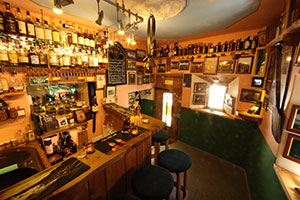 Blick in die kleinste Whiskybar der Erde