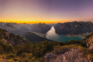 Farbenfroher Sonnenuntergang am Achensee