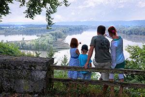Familie genießt die Aussicht im Innreservat