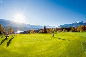 Menschen spielen auf einer Golfanlage in Kärnten Golf