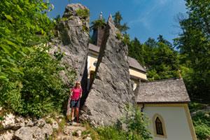 Wandernde Frau an der Wallfahrtskirche Klobenstein