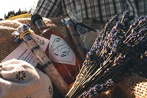Korb mit Lavendel, Lavendelsalz, Lavendelsirup und anderen Lavendelprodukten