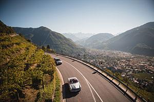 Oldtimer fährt auf einer Straße oberhalb von Schenna