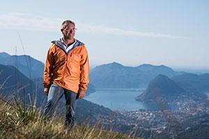 Tourismusdirektor Angelo Trotta steht in der Berg und Seenwelt des Tessin