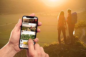 Ein Paar wandert und hat ein Smartphone mit entsprechender App dabei  ©Top Trails of Germany