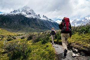 2 Wanderer in der alpinen Bergwelt