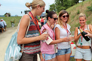 Junge Frauen bei der Weinprobe