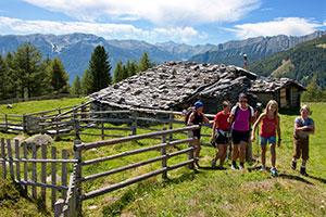 Wandergurppe mit Kindern am Ahrntaler Sunnsatweg