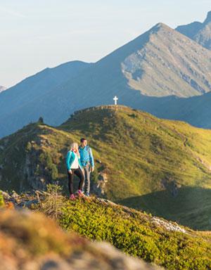 Paar wandert in den Alpen