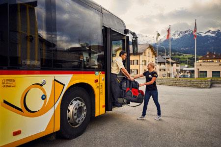 Schweiz Alpen gelb Postauto ©Switzerland Tourism